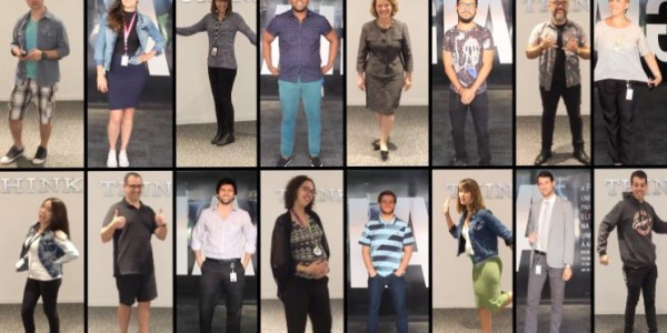 colaboradores da IBM comemoram no dress code